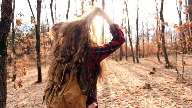 vídeos y material grabado en eventos de stock de me gusta el sol en mi cabello. - moda de otoño