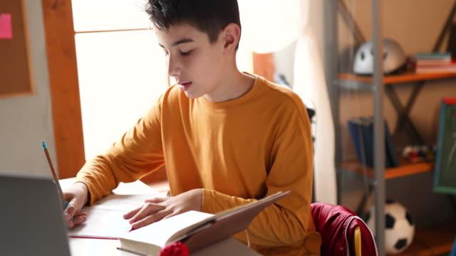 i love to study - solo un bambino maschio video stock e b–roll