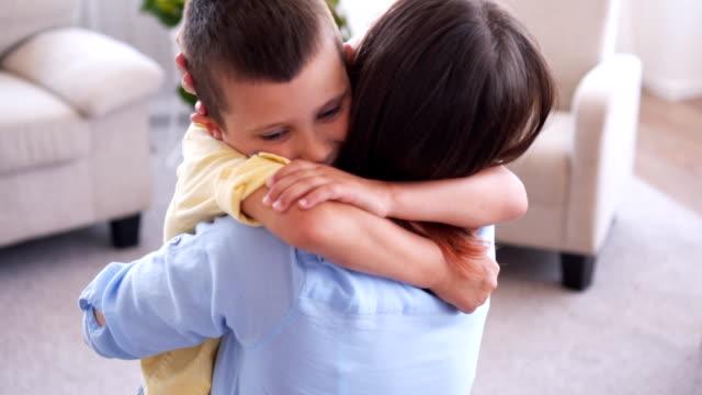 vackra pojke kramar och kysser sin mor - enbarnsfamilj bildbanksvideor och videomaterial från bakom kulisserna