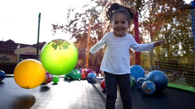 vídeos y material grabado en eventos de stock de niño precioso que se divierten en un trampolín - niño pequeño