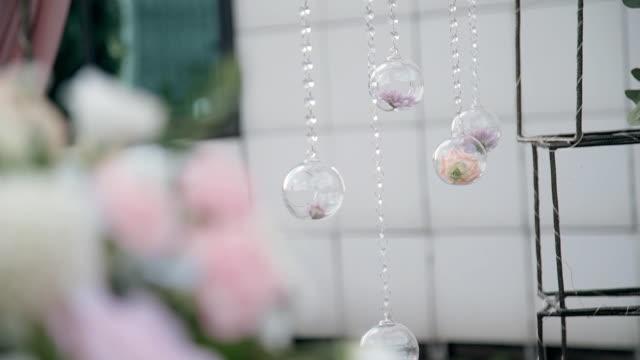 vidéos et rushes de belle composition de fleurs dans des boules en verre capturer l'imagination - lieu sportif
