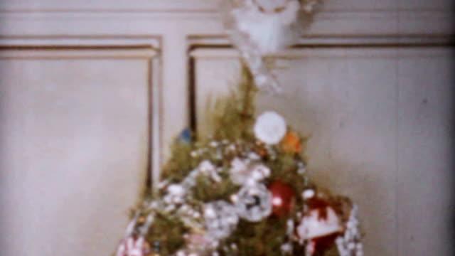 bella decorate albero di natale vintage 8 mm-film 1962 - christmas movie video stock e b–roll