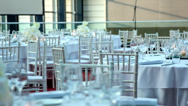 vídeos de stock, filmes e b-roll de mesas redondas decoradas encantadoras todas no branco - fine dining