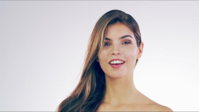 härlig dam med vackra lås - femininitet bildbanksvideor och videomaterial från bakom kulisserna