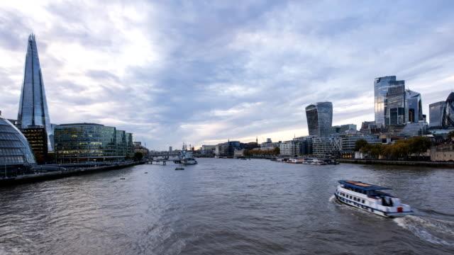 stockvideo's en b-roll-footage met mooie londense dag-tot-nacht time-lapse 4k uhd video met geweldige skyline over het stadsbeeld - twilight