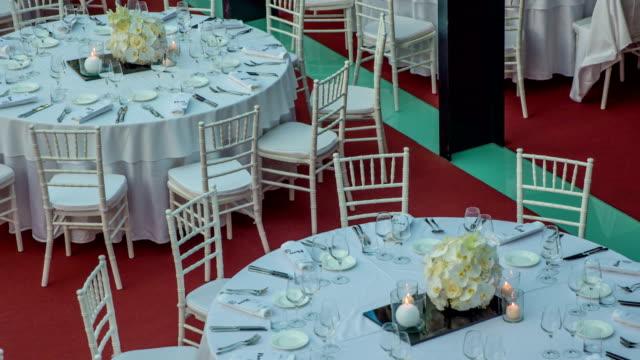 vídeos de stock, filmes e b-roll de mesas redondas encantadoras decoradas em branco com detalhes modernos e surpreendentes - fine dining