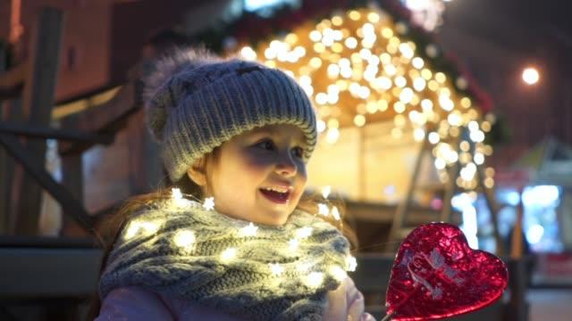 可愛的微笑的孩子在城市享受耶誕節 - 波板糖 個影片檔及 b 捲影像
