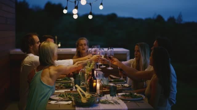 en härlig tid med vänner på middag - vin sommar fest bildbanksvideor och videomaterial från bakom kulisserna