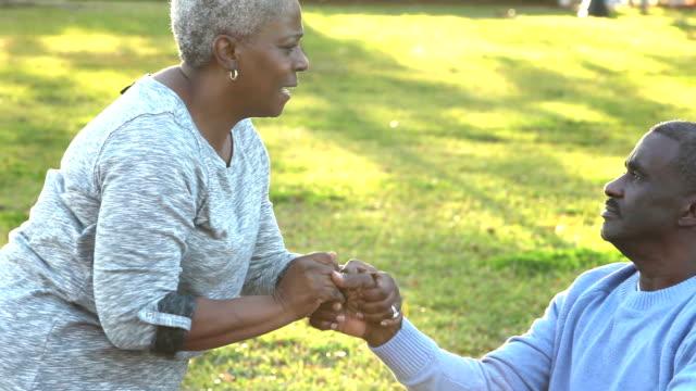 stockvideo's en b-roll-footage met liefdevolle african american senior paar, man in rolstoel - gezondheidszorg beroep