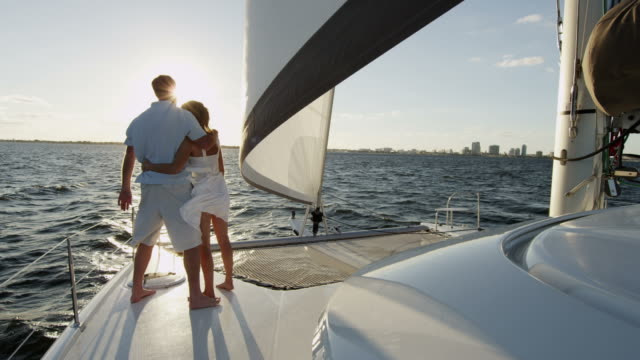 愛する白人カップル一緒に高級ヨットのデッキ - 豊かなライフスタイル点の映像素材/bロール