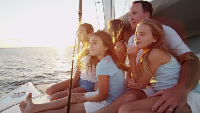 高級ヨットの日没で白人の家族を愛する - 豊かなライフスタイル点の映像素材/bロール
