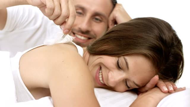 hd: coppia di innamorati a letto cuddling - fare il solletico video stock e b–roll