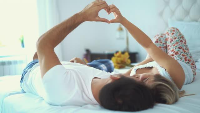 vidéos et rushes de couple amoureux au lit. - homme slip