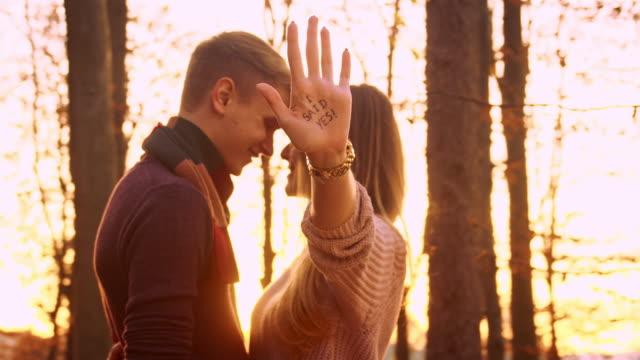 愛するカップルの森 ビデオ