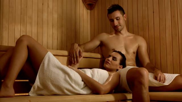 vidéos et rushes de hd dolly: couple amoureux dans le sauna - tentation