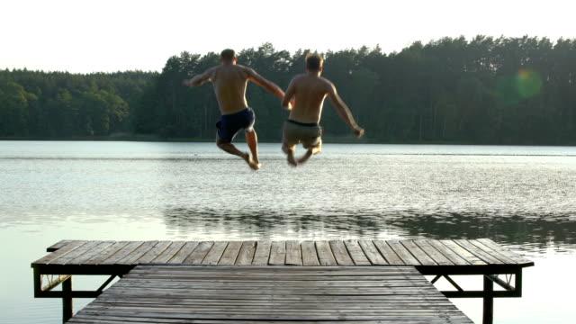 vidéos et rushes de couple d'amoureux se jetant dans le lac - rendez vous amoureux