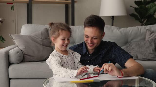 愛するお父さんと小さな娘はカラフルな鉛筆で絵を描く - 娘点の映像素材/bロール