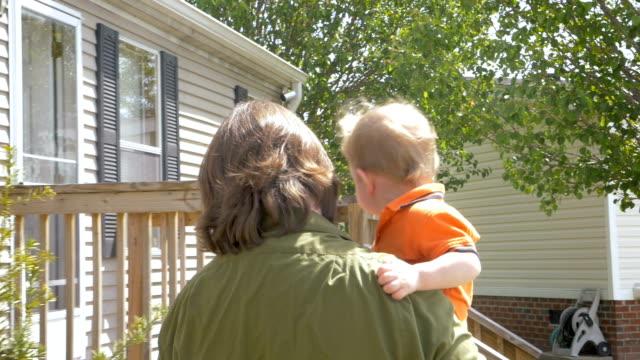 vídeos y material grabado en eventos de stock de un padre amoroso caminar y llevar a su hijo de niño a su casa - padre que se queda en casa
