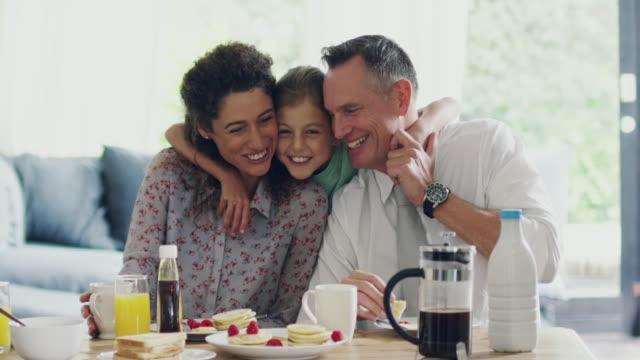liebevolle momente beim frühstück - frühstück stock-videos und b-roll-filmmaterial