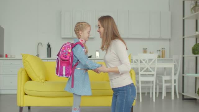 vídeos de stock e filmes b-roll de loving mother cheering up schoolgirl at home - mochila saco