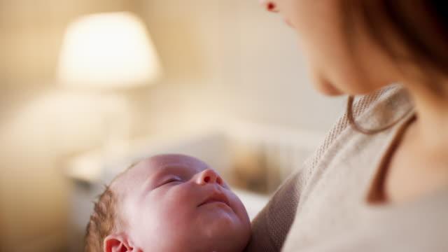 kärleksfull mor gos sover nyfödda pojke hemma - baby sleeping bildbanksvideor och videomaterial från bakom kulisserna