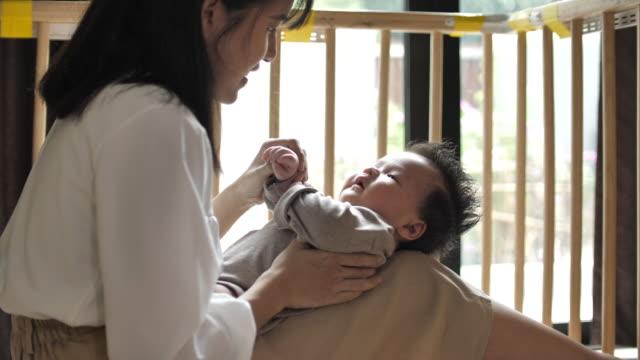 男の赤ちゃんとの愛の母 - 母娘 笑顔 日本人点の映像素材/bロール