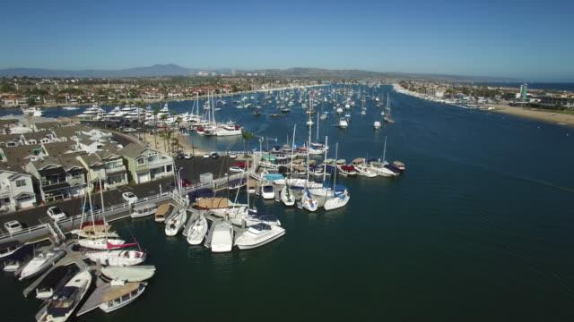 vídeos de stock, filmes e b-roll de viaduto de baixa antena barco porto - marina