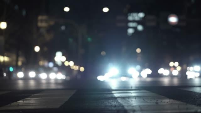 低角度 4 k 車で通りの忙しい夜にビデオ。 ビデオ