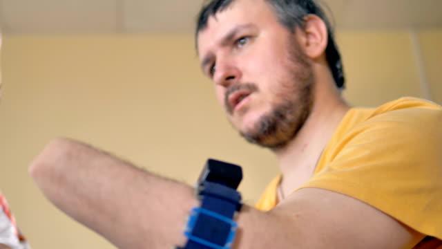 vídeos de stock, filmes e b-roll de ângulo baixo perto do homem com o braço amputado. - ortopedia