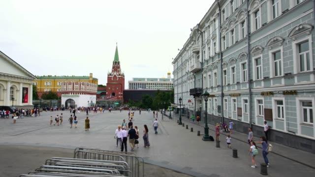 låg vinkel drone skott av moskva kreml troitskaya tower square i huvudstaden i ryssland - röda torget bildbanksvideor och videomaterial från bakom kulisserna