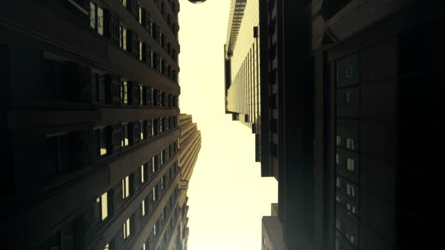 vidéos et rushes de low angle shot glisse faite entre les bâtiments modernes dans la ville de new york faite dans le style de dolly pov. - vue en contre plongée