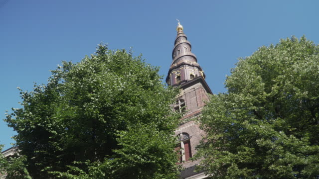 low angle handheld view: walking to see church of our saviour,  copenhagen city, denmark - копенгаген стоковые видео и кадры b-roll