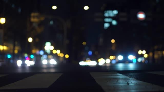低角度高コントラスト車で通りの忙しい夜にビデオを 4 k。 ビデオ