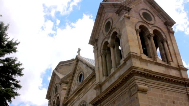santa fe, yeni mexcio bir katolik katedrali düşük açılı - fransa kralı i. fransuva stok videoları ve detay görüntü çekimi