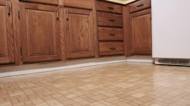 vidéos et rushes de faible angle de vue d'une cuisine à l'angle d'aller dans la zone jaune et dans le dos - cuisine non professionnelle