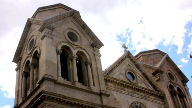 fırtına düşük açılı bulutlar bir katolik katedrali arkasında toplama - fransa kralı i. fransuva stok videoları ve detay görüntü çekimi
