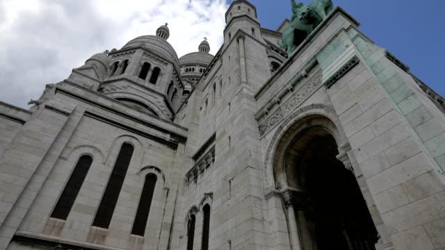 låg vinkel av heliga hjärtas basilika i paris - montmatre utsikt bildbanksvideor och videomaterial från bakom kulisserna