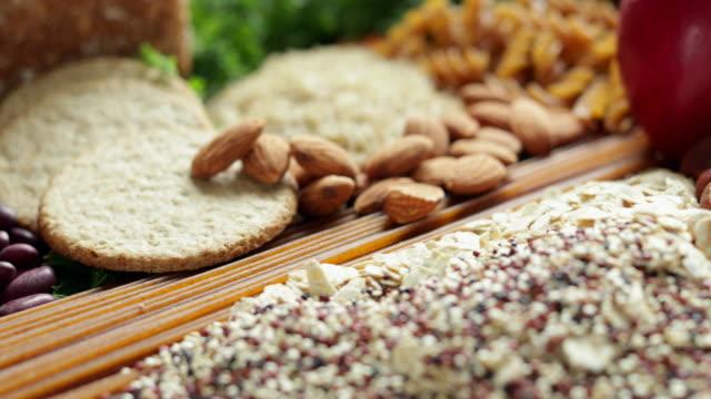 vidéos et rushes de tir à faible angle d'aliments contenant des glucides sains ou bons - fibre