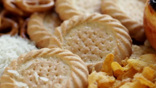 不健康なまたは悪い炭水化物を含む食品の低角度のショット - 食パン点の映像素材/bロール