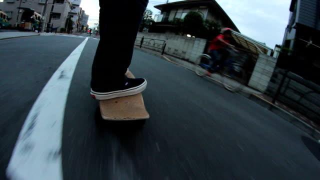 低角度ショット、スケートボードとクルージング,東京,日本 - スケートボードをする点の映像素材/bロール
