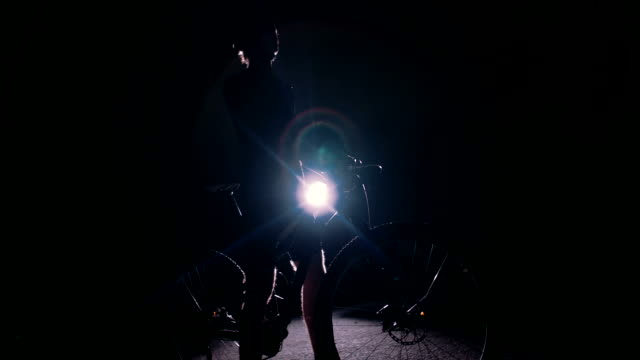 låg vinkel slowmotion siluett sköt cyklistens poserar - abstract silhouette art bildbanksvideor och videomaterial från bakom kulisserna