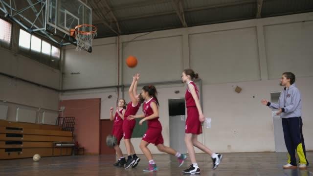 låg vinkel bild av basket training class - sportaktivitet bildbanksvideor och videomaterial från bakom kulisserna