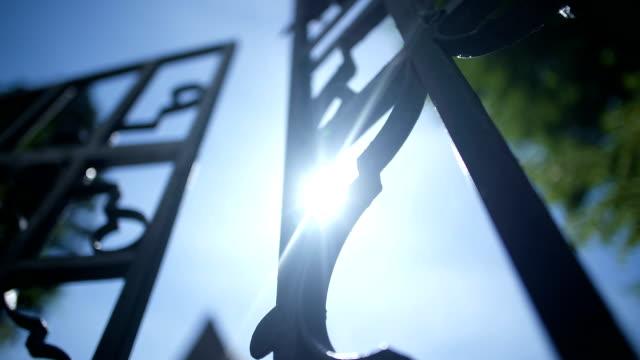 demir kapı açılış düşük açılı görünümü. - demir stok videoları ve detay görüntü çekimi