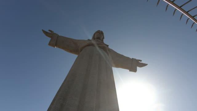 vídeos de stock e filmes b-roll de low angle view of jesus christ statue in lisbon - cristo rei lisboa