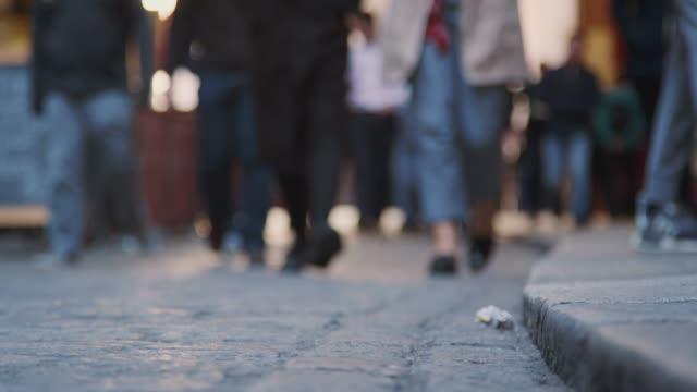 vídeos de stock, filmes e b-roll de vista de ângulo baixo de pessoas caminhando em direção a câmera e o plano focal, em uma rua movimentada de londres - calçada