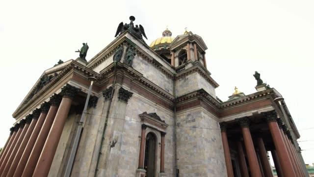 stockvideo's en b-roll-footage met lage hoek uitzicht op saint isaac's cathedral of isaakievskiy sobor in sint-petersburg, rusland - kampioenschap