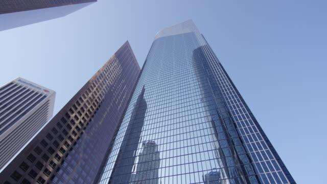 vidéos et rushes de vue à angle bas des gratte-ciel - vue en contre plongée