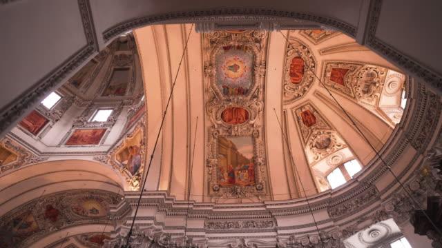 düşük açı görünümü: salzburg katedrali, salzburg kentinde salzburg roma katolik başpiskoposluğu barok katedrali bir iç görünümü görmek için kilisede yürüyüş, salzburg, avusturya. - katedral stok videoları ve detay görüntü çekimi