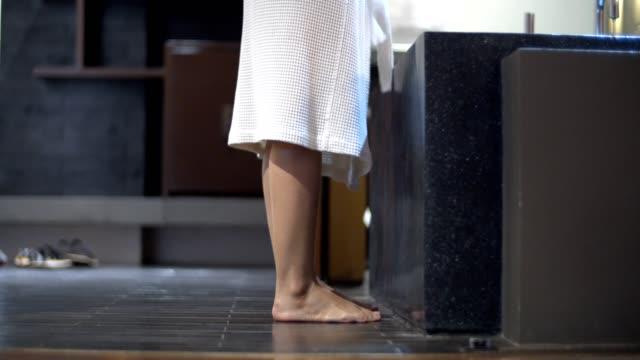 vidéos et rushes de vue de bas angle: femme décollant son peignoir blanc - peignoir