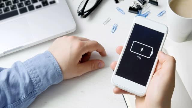 niedrige batterie-anzeige auf dem smartphone - niedrig stock-videos und b-roll-filmmaterial